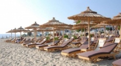"""Επιχείρηση """"σκούπα"""" στις παραλίες του Δ. Ν. Προποντίδας για ομπρέλες και ξαπλώστρες"""